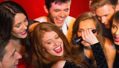 Ü30 Party organisieren: Karaoke statt Käsehäppchen