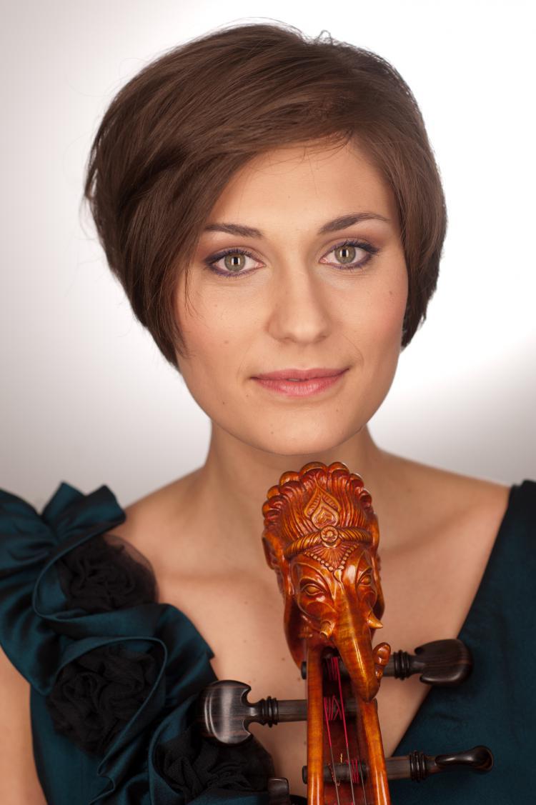 Sebel Viljoen spielt Violoncello.