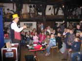 Zauberer Piadino beim Auftritt vor Kindern