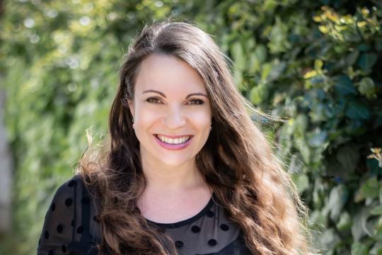 Sängerin und Freie Rednerin - Dina Regniet