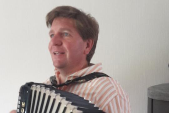 Th. Weibel - Gesang mit Akkordeon, Piano, Gitarre, Kölsch